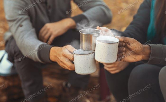 Hände der Wanderer aufzumuntern mit Campingbecher