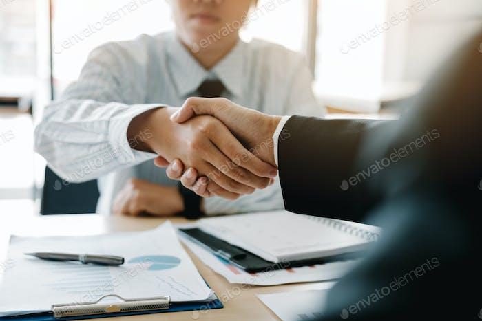 Empresario estrechando la mano al cliente en la oficina.