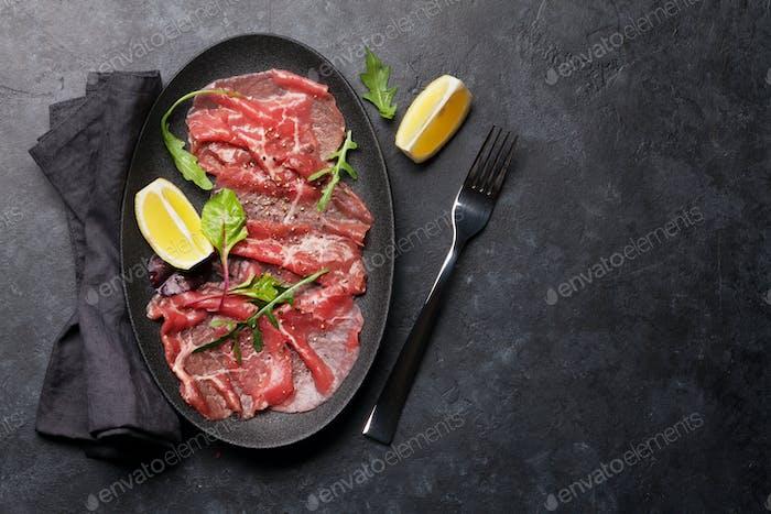 Carpaccio aus marmoriertem Rindfleisch