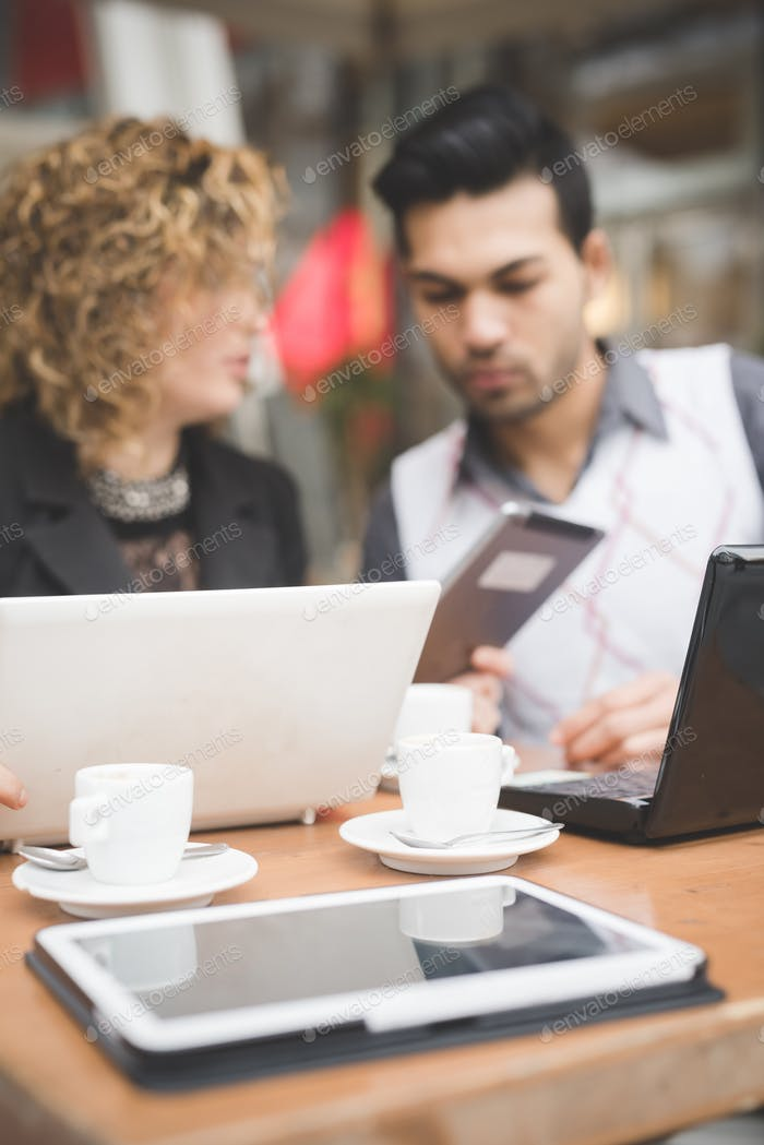 Multiracial Geschäftsleute arbeiten im Freien in der Stadt
