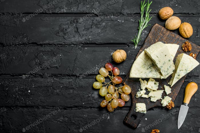 Blue cheese with grapes and rosemary.