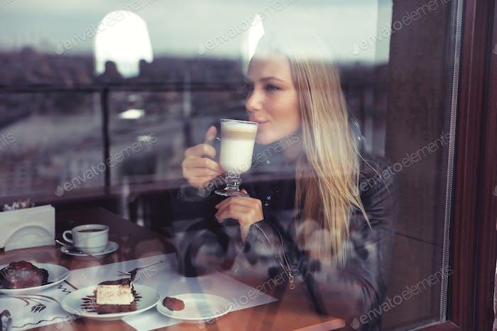 Glückliche Frau im Café