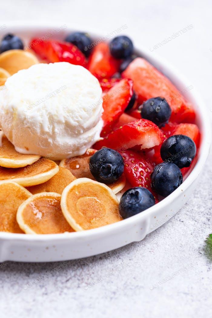 Süße kleine Pfannkuchen Getreide mit Beeren