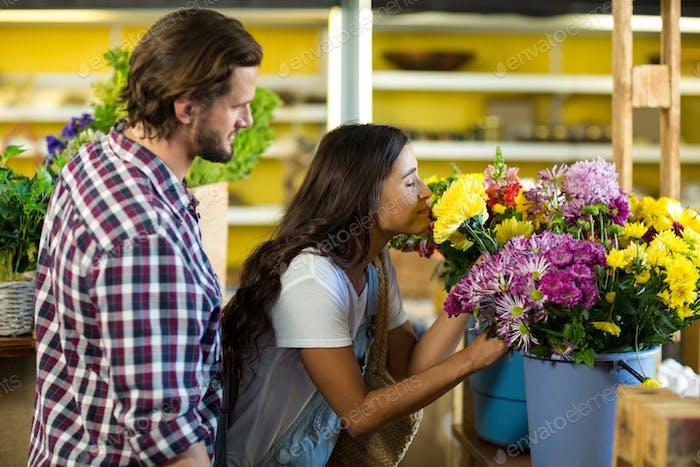 Paar kaufen Blumen im Blumenladen
