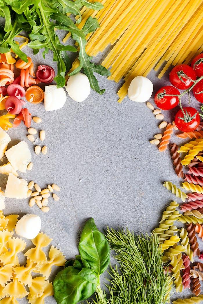 Lebensmittelzutaten für italienische Pasta, Spaghetti auf grauem Betonuntergrund. Kopieren Sie den Raum Ihres Textes.