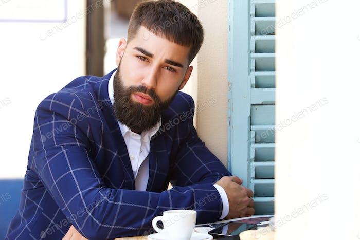 Nahaufnahme ernst Geschäftsmann sitzen draußen mit Kaffee