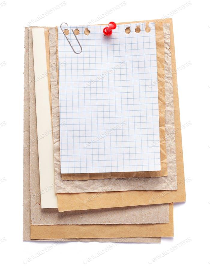 festgeheftet Blatt Papier auf weiß