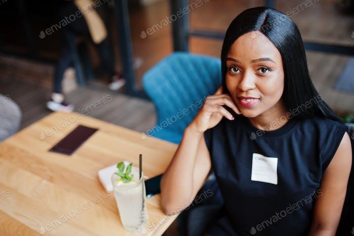 Mujer afroamericana feminista de moda