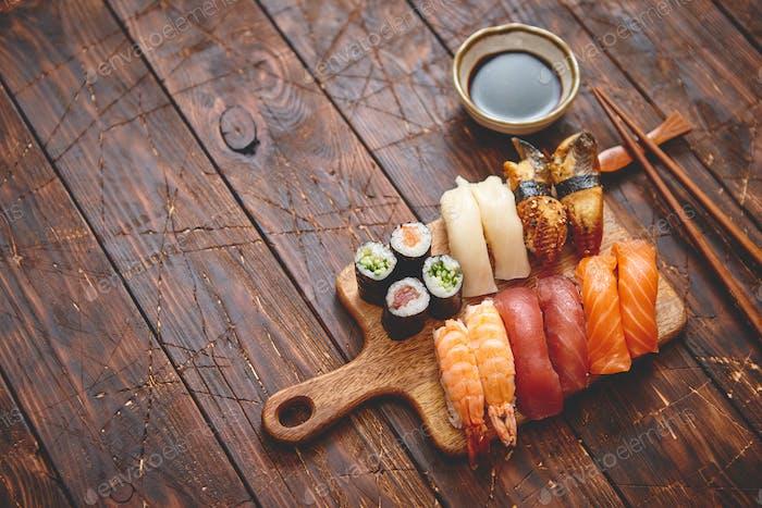 Sushi Set Verschiedene Arten von Sushi-Rollen auf Holz-Servierbrett