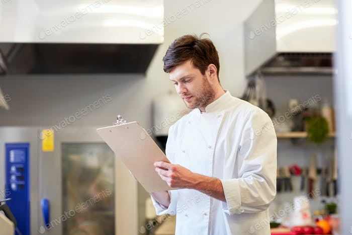 Küchenchef mit Zwischenablage tun Inventar im Restaurant
