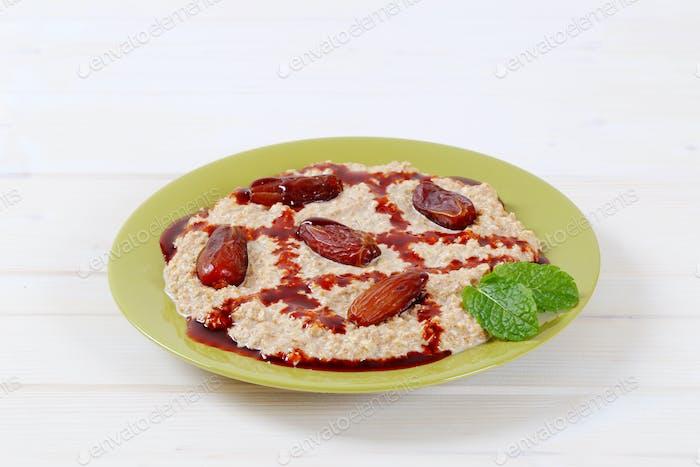 oatmeal porridge with dates