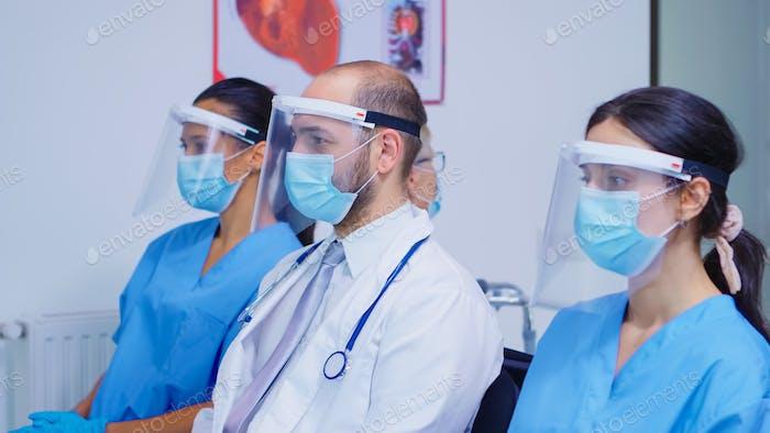 Medizinisches Personal mit Gesichtsmaske im Krankenhaus-Wartebereich