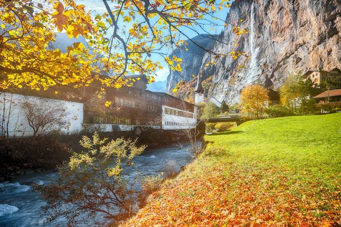 Faszinierende Herbstansicht der Lauterbrunnenkirche