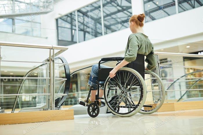 Behinderte Frau im Einkaufszentrum