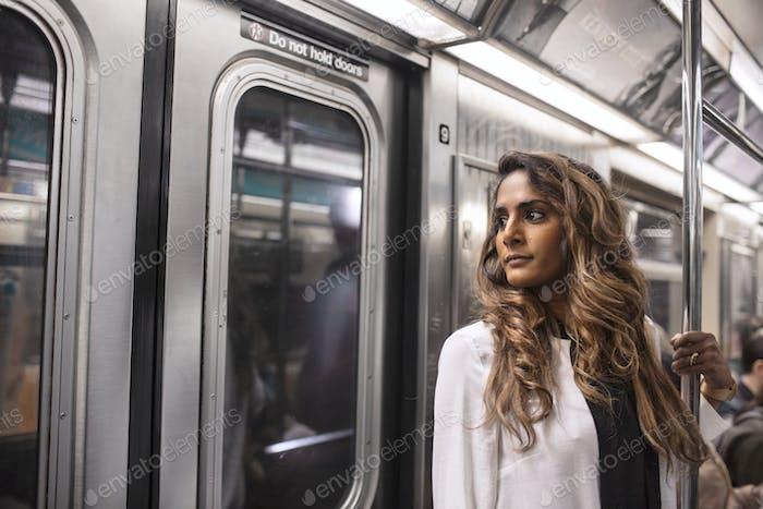 Nahaufnahme der nachdenklichen Frau reist in der U-Bahn Zug