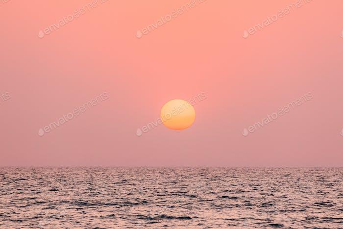 Natürliche Farbe Sonnenuntergang Sonnenaufgang Himmel Über Meer. Seelandschaft Mit Glänzender untergehender Sonne Am Horizont