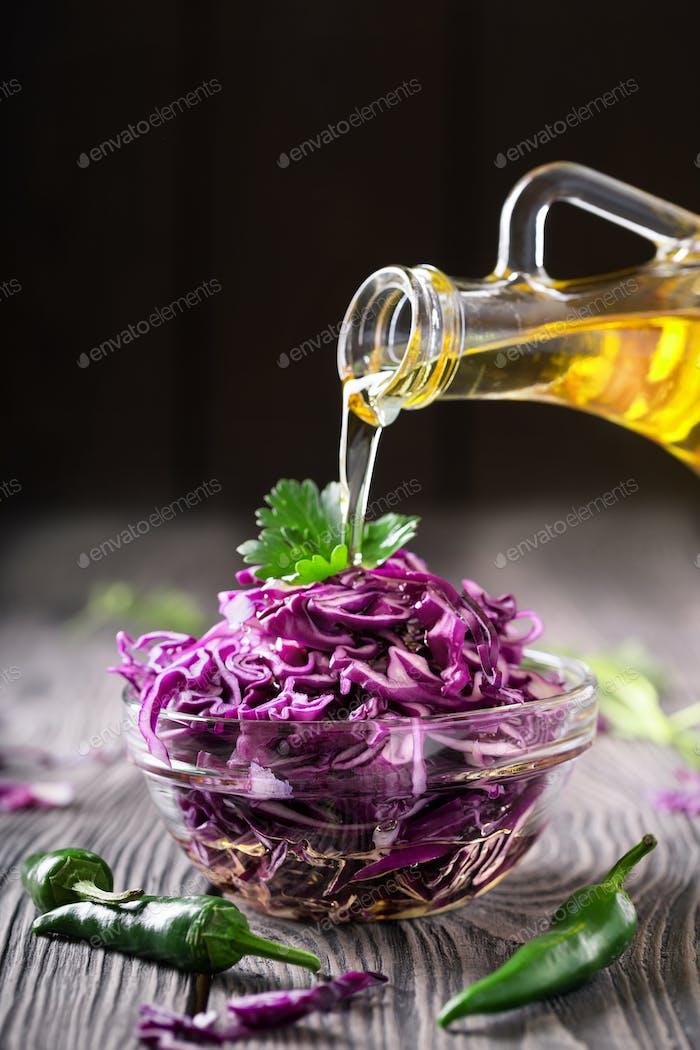 Salat mit Rotkohl und Öl