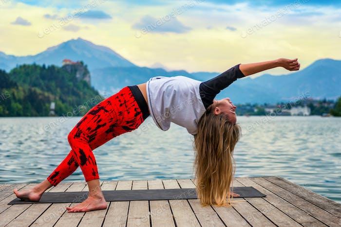 Yoga nature mindfulness lake2  0622 n