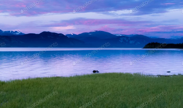 Horizontal de la tarde tranquilo Lago Laberge Yukon Canadá