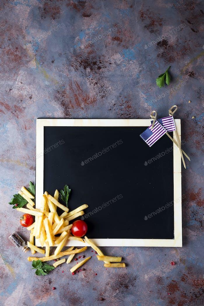 Frische Pommes auf Kreidetafel
