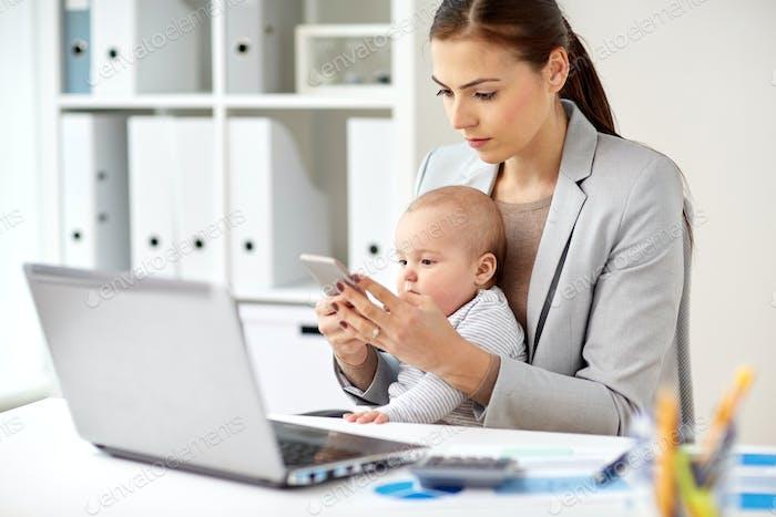 mujer de negocios con Bebé y smartphone en la oficina