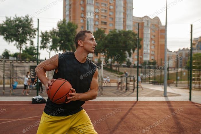 Jugador de baloncesto se prepara para hacer una sesión al aire libre