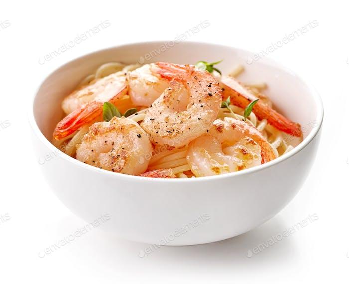 Schüssel mit Spaghetti und gebratenen Garnelen