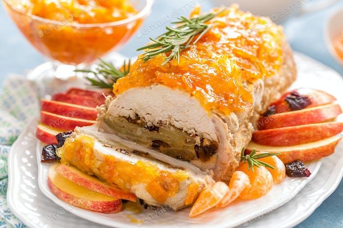Fleischbraten gefüllt mit Äpfeln und Pflaumen, dekoriert Mandarine Confiture. Weihnachtsmenü