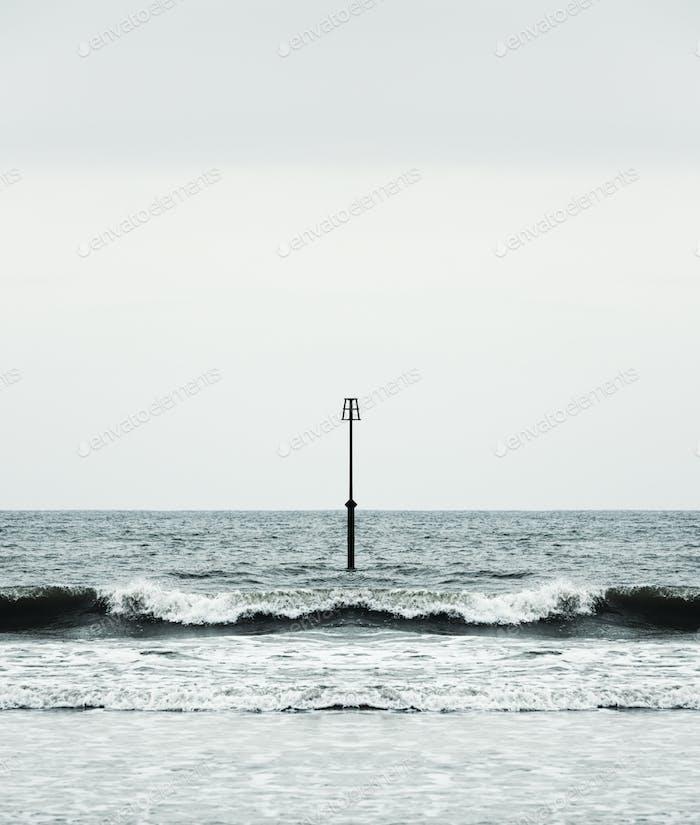 Leuchtfeuer und Ozeanwellen