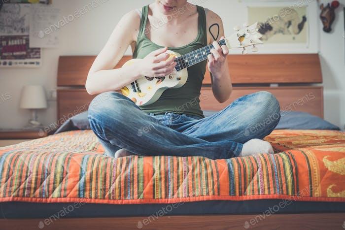 junge Lesben stilvolle Frisur Frau Gitarre spielen