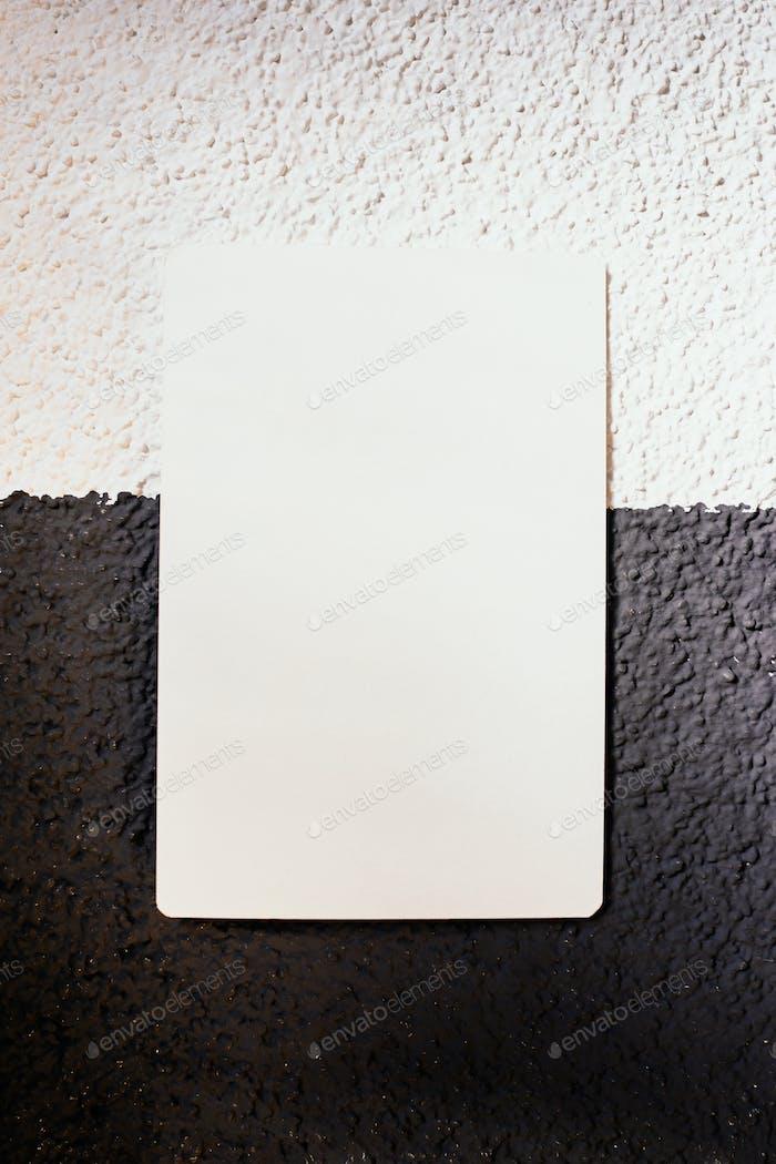 Papier auf Schwarz-Weiß-Wand