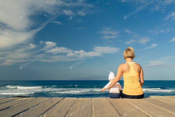 Bebé niño jugando con la madre en la Playa, Día de verano