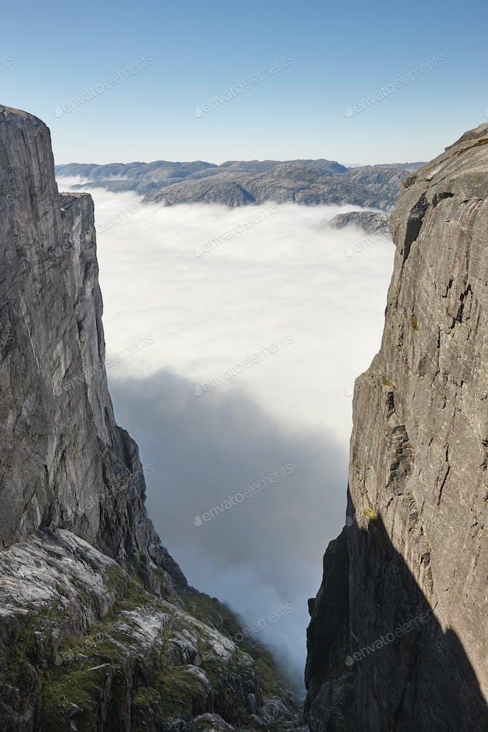 Norwegische Fjord bewölkt Landschaft. Lysefjorden. Norwegen Abenteuertourismus