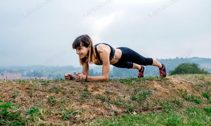 Entrenamiento femenino atleta haciendo tablón