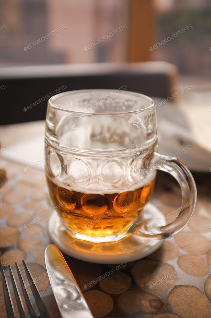 Medio vaso lleno de cerveza