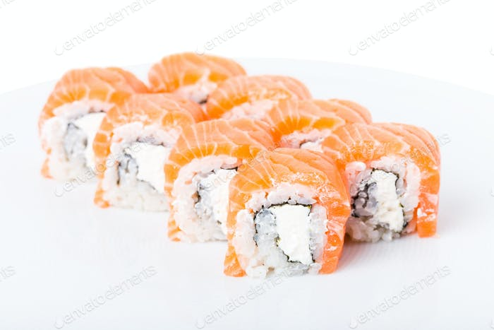 Köstliche Lachs-Sushi-Rolle mit Mayonnaise.