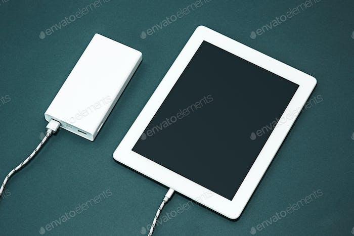 Powerbank und Laptop