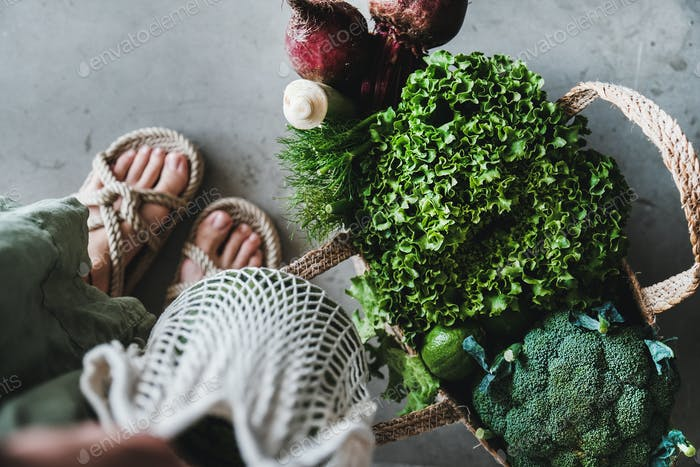 Lebensmitteltaschen voll von frischem Gemüse und Gemüse