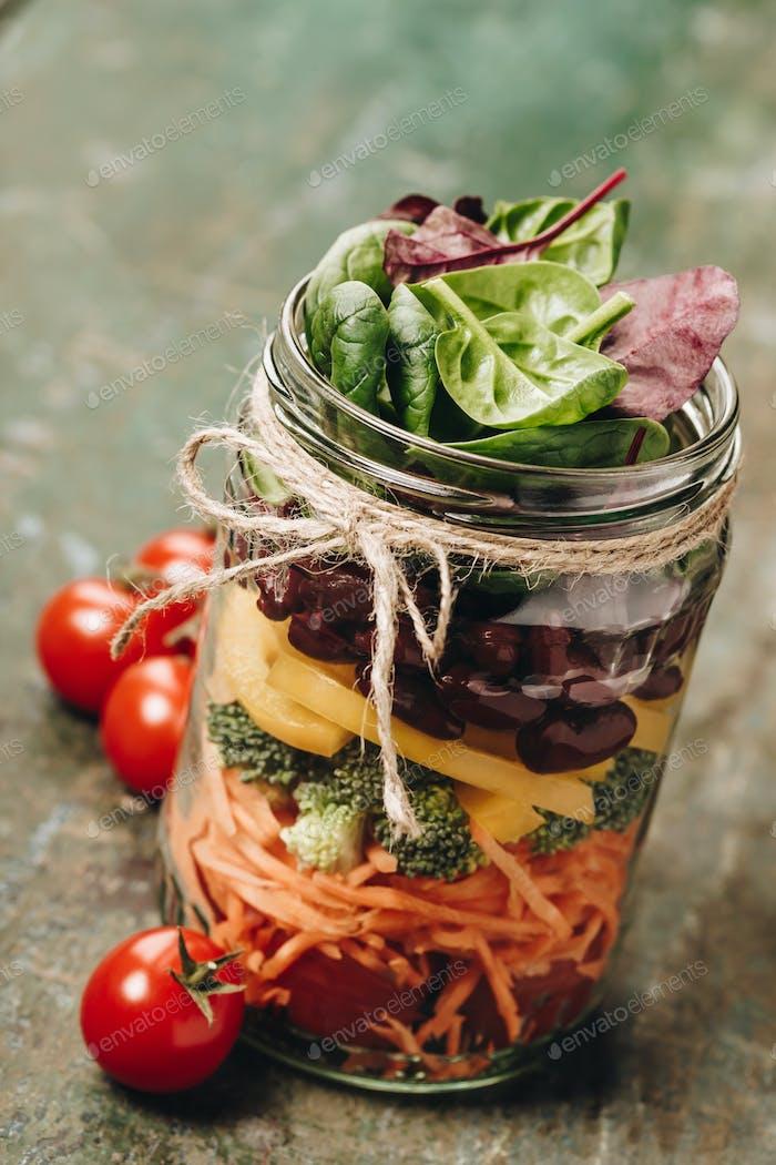 Gesunde hausgemachte Mason Jar Salat