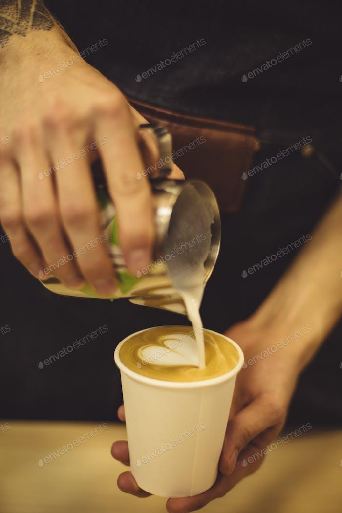 Barkeeper Gießen Kaffee zu Tasse