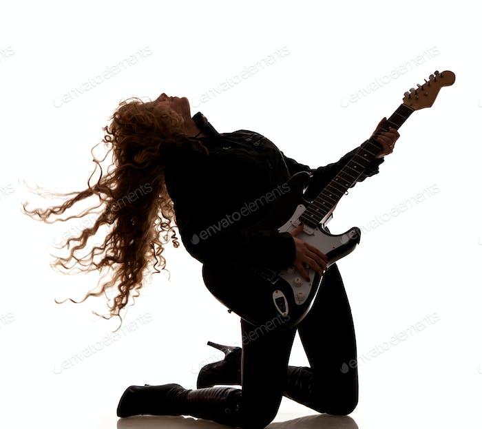 Frau hocken und Clutching Gitarre