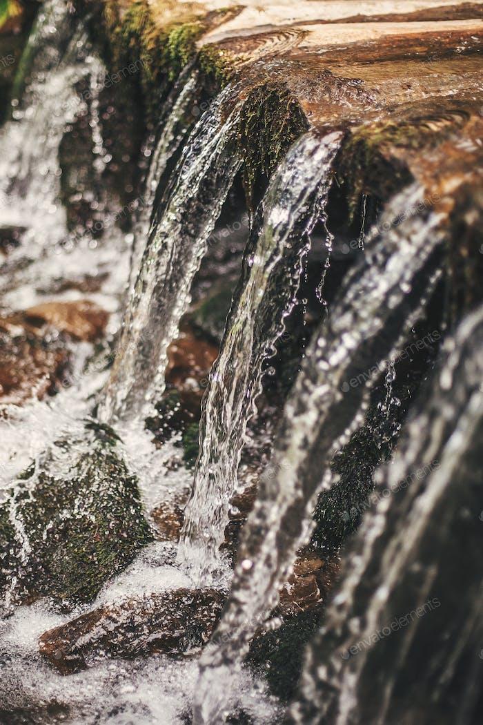 Nahaufnahme von Wasser fallen, Wassertropfen in schönen Wasserfall