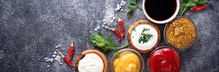Set mit verschiedenen Saucen und Gewürzen