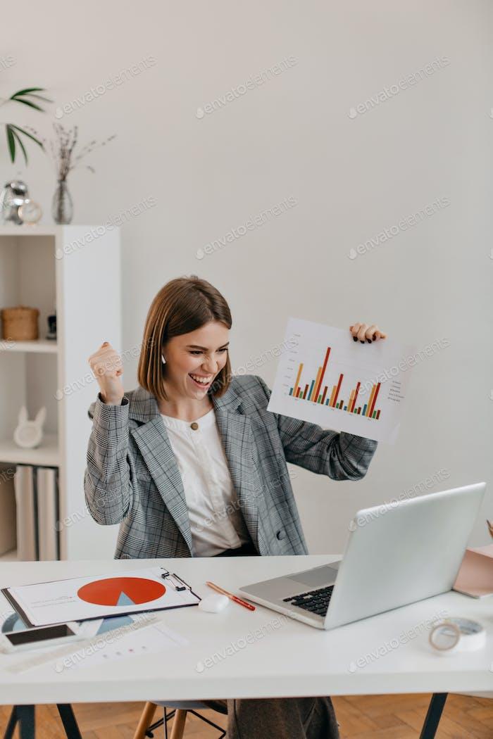 Foto de la señora en gran estado de ánimo diciendo a los empleados a través de enlace de Vídeo sobre la mejora de la condición económica de