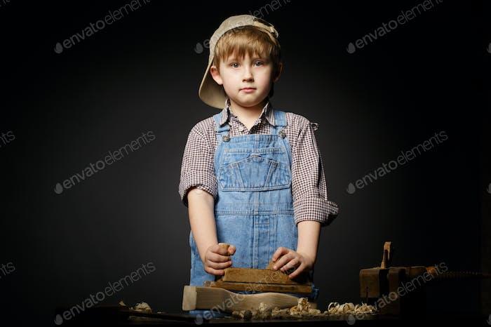 kleiner Junge arbeiten mit Flugzeug