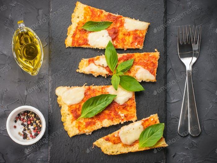 hausgemachte Blumenkohl Pizza Kruste mit Mozarella