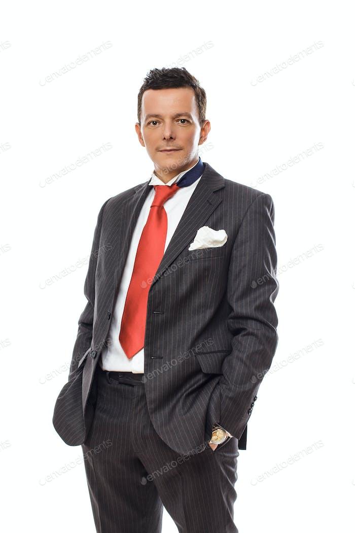 Ernster Geschäftsmann in einem Anzug.