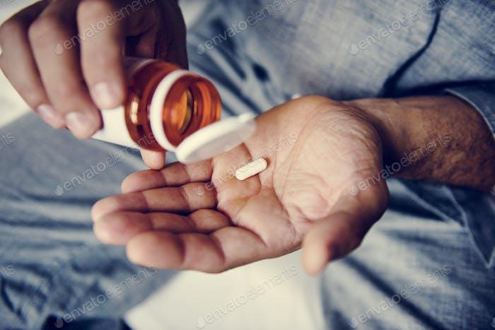 Mann, der Medikamente einnimmt