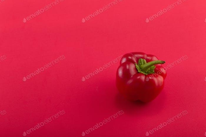 Süße Paprika auf einem farbigen Hintergrund. Studioleuchte Ansicht von oben