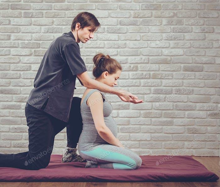 Traditionelle Thai-Massage einer schwangeren Frau